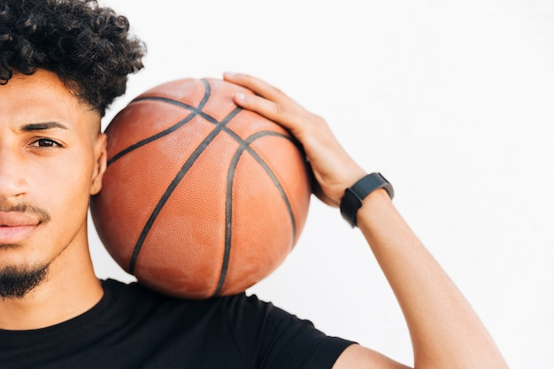 Demi-visage d'homme noir avec un ballon de basket Photo gratuit
