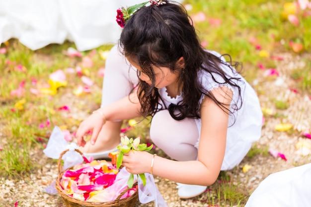 Demoiselles d'honneur de mariage avec panier de pétales de fleurs Photo Premium