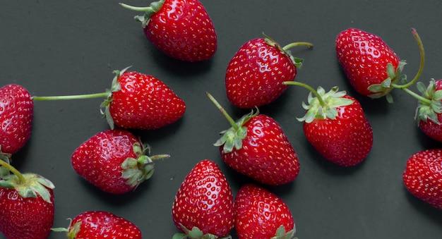 Démonstration de fraises sur une table grise. Photo gratuit