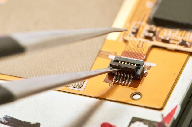 Démontage Du Smartphone Montrant Le Tableau électrique à L'intérieur. Le Téléphone Est En Train De Réparer Photo Premium