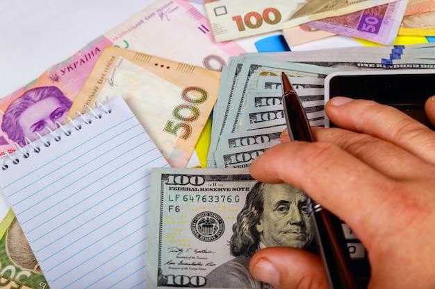 Dénominations de la hryvnia ukrainienne des factures dans la partie inférieure des factures, un fragment de la facture en dollars américains. Photo Premium