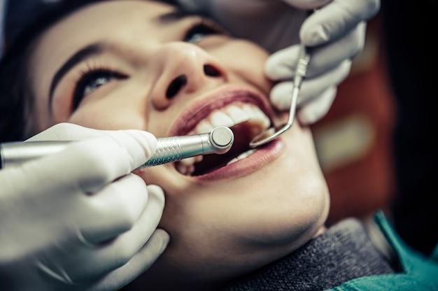 Le Dentiste Examine Les Dents Du Patient. Photo gratuit