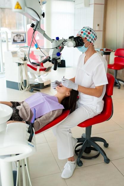Le dentiste opte pour une belle fille en dentisterie Photo Premium