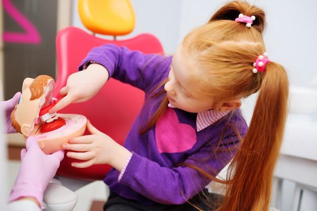 Le Dentiste Parle De L'hygiène Buccale à L'enfant Photo Premium