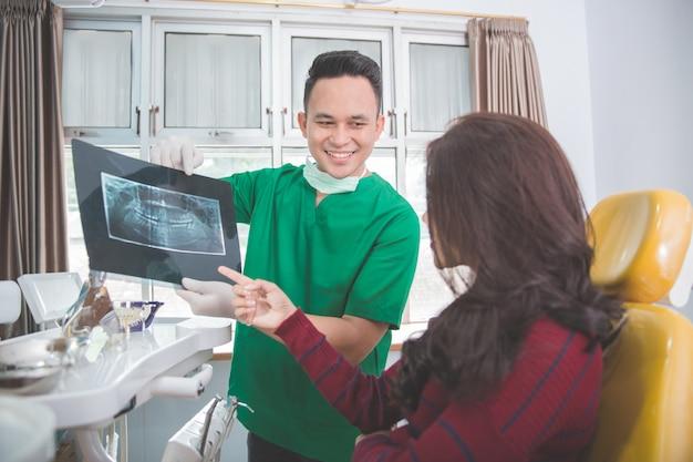 Dentiste, Patient, Expliquer, Rayon X Photo Premium