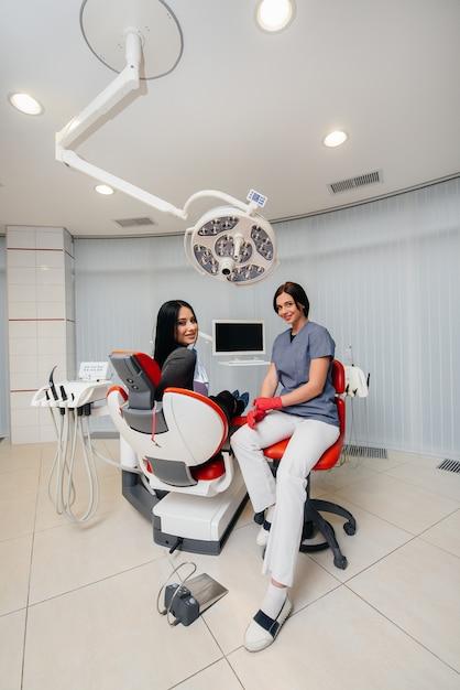 Le Dentiste Procède à Un Examen Et à Une Consultation Du Patient. Dentisterie. Photo Premium