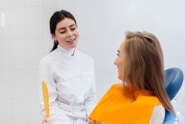 Un Dentiste Professionnel Traite Et Examine La Cavité Buccale D'une Femme Enceinte Dans Un Cabinet Dentaire Moderne Photo Premium