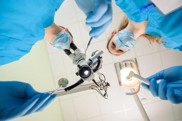 Dentiste et son assistant dans une clinique dentaire Photo Premium
