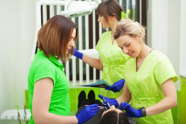 Dentistes, Dentaire, Cabinet, Conversation, Femme, Patient, Préparer, Traitement Photo Premium
