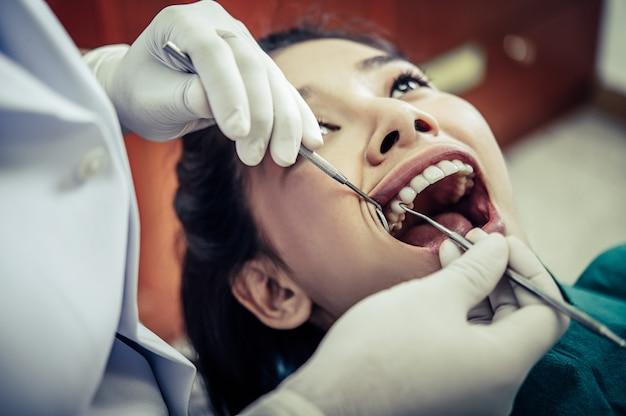Les dentistes traitent les dents des patients. Photo gratuit