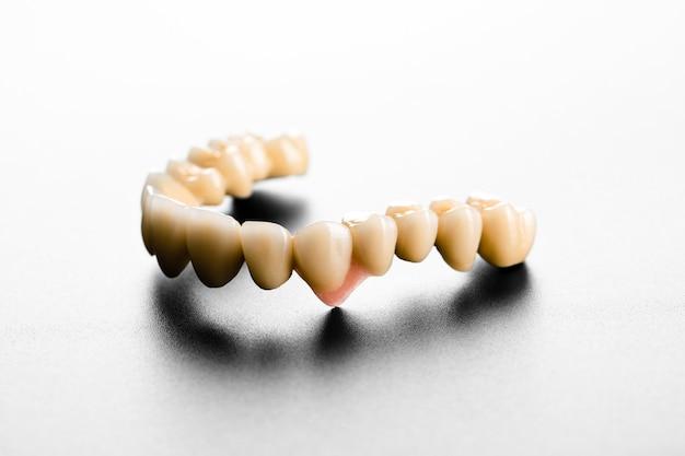 Dents En Céramique Blanche Isolées Photo Premium
