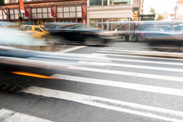 Déplacement de voitures dans le trafic urbain Photo gratuit
