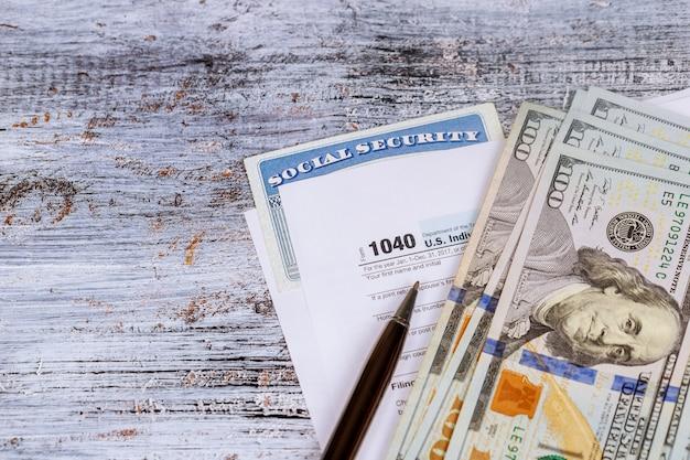 Dépôt des taxes fédérales pour un remboursement taxe monnaie et bois Photo Premium
