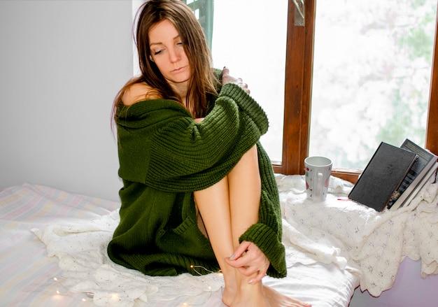 Déprimé Jeune Femme Ayant Une Dépression Nerveuse Pendant La Mise En Quarantaine Des Coronavirus à La Maison Photo Premium