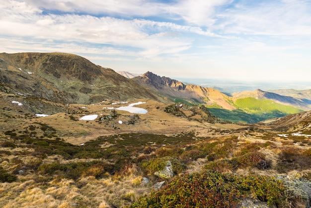 Dernier soleil doux sur les sommets rocheux, les crêtes et les vallées des alpes au coucher du soleil Photo Premium