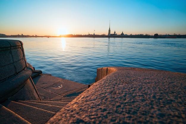 Descente aux marches de granit de la néva, vue sur la forteresse pierre et paul, saint-pétersbourg. Photo Premium