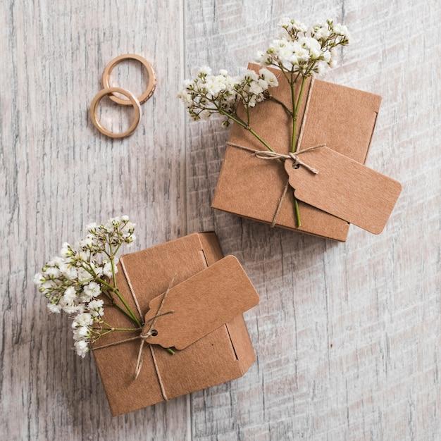 Désherbage des anneaux avec des boîtes en carton sur une planche en bois Photo gratuit