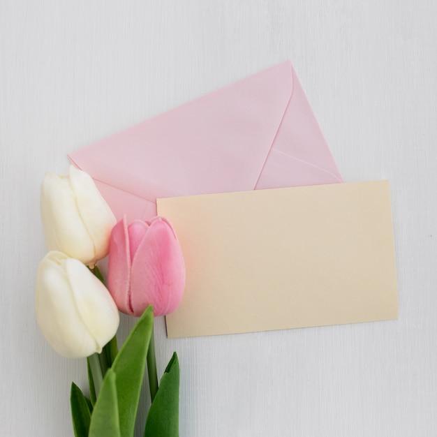 Désherbage carte de voeux avec tulipes sur fond blanc Photo gratuit