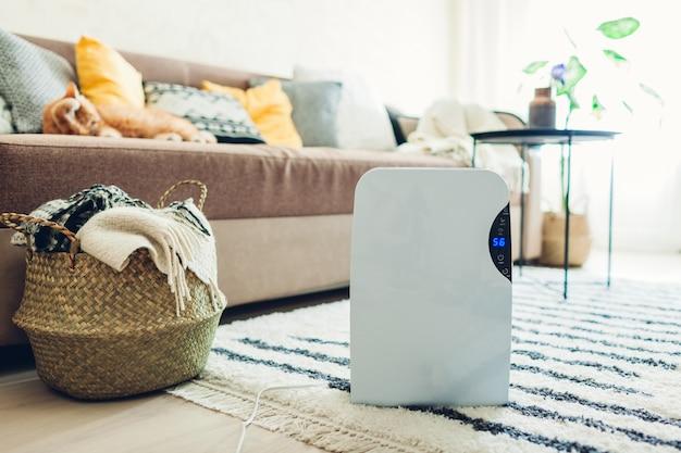 Déshumidificateur avec écran tactile, indicateur d'humidité, lampe uv, ioniseur d'air, réservoir d'eau fonctionne à la maison. sèche-linge Photo Premium