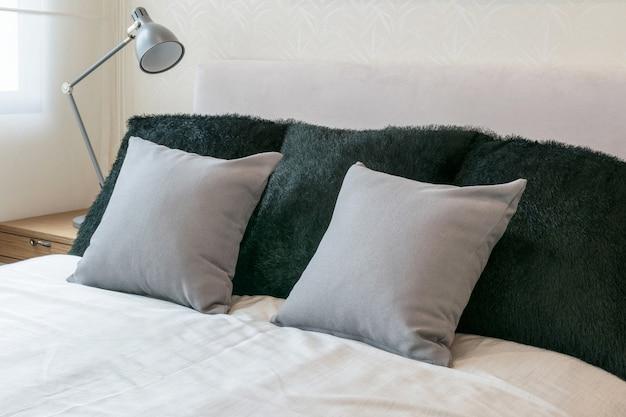 Design d\'intérieur de chambre à coucher avec coussins gris ...