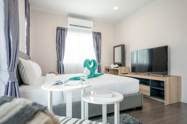Design d'intérieur dans la chambre à coucher avec espace lumineux Photo Premium