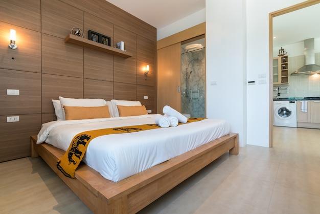 Design intérieur dans la chambre de la villa avec piscine et lit king confortable Photo Premium