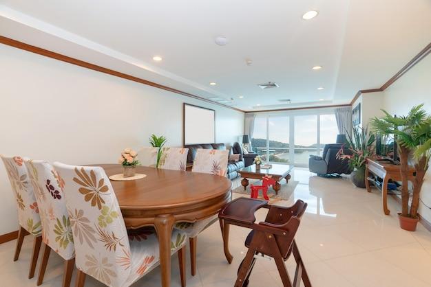 Design d'intérieur dans le salon avec table à manger en bois Photo Premium