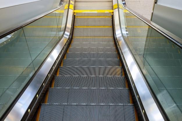 Design D'intérieur Escalier D'escalier Vide à L'aéroport Photo Premium