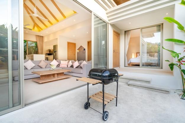 Design intérieur et extérieur dans la chambre de la villa avec piscine Photo Premium