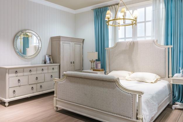 Design d'intérieur de luxe dans la chambre à coucher avec lit king confortable et décoration soignée. Photo Premium