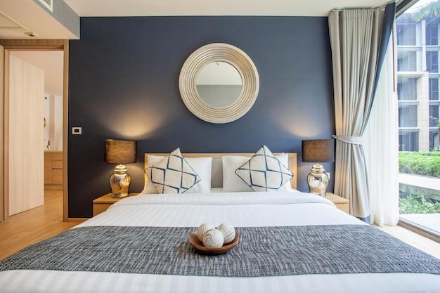 Design d'intérieur de luxe dans la chambre de la villa avec lit king confortable Photo Premium