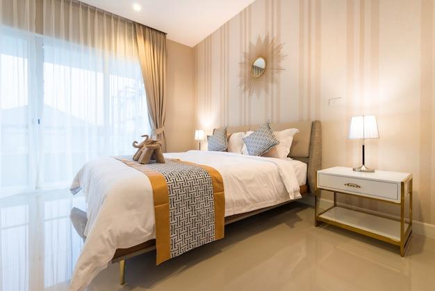 Design d'intérieur de luxe dans la chambre de la villa avec piscine et lit king confortable. Photo Premium