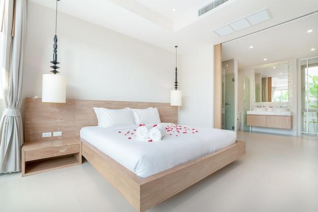 Design d'intérieur de luxe véritable dans la chambre à coucher avec espace lumineux et lumineux dans la maison ou à la maison Photo Premium