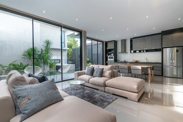 Design intérieur de la maison dans le salon avec cuisine ouverte dans la maison mezzanine Photo Premium