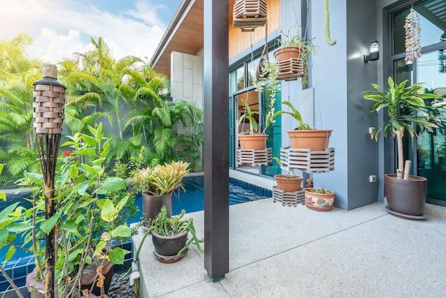 Design d'intérieur montrant une villa de piscine tropicale avec jardin verdoyant Photo Premium