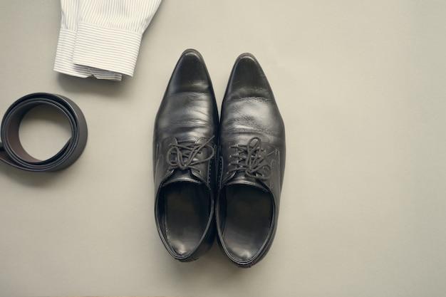 Design plat laïque de vêtements d'homme d'affaires avec sur fond gris Photo Premium