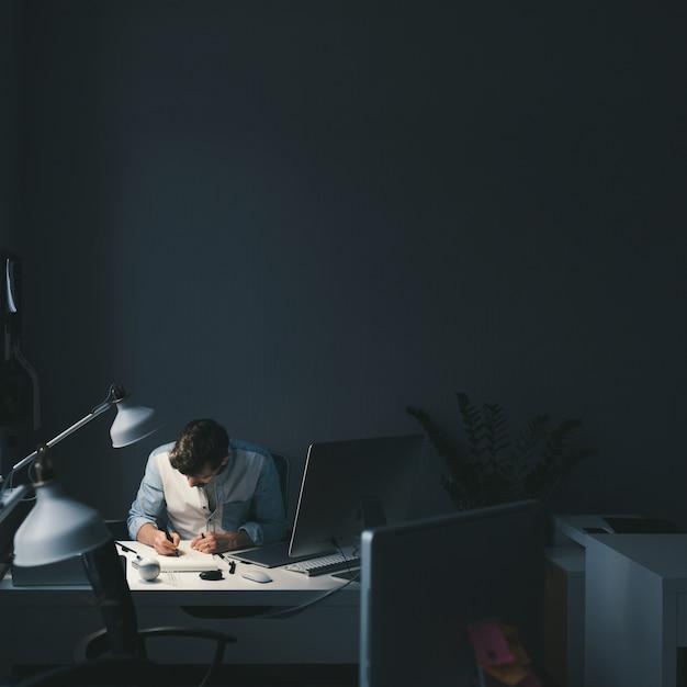 Designer Au Travail Au Bureau Photo gratuit
