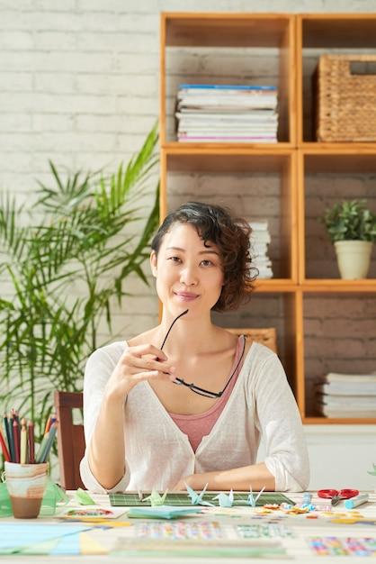 Designer japonais sur le lieu de travail Photo gratuit