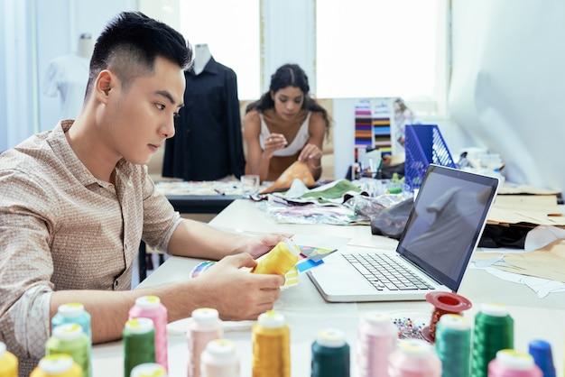 Designer Travaillant Avec Des Couleurs Photo gratuit