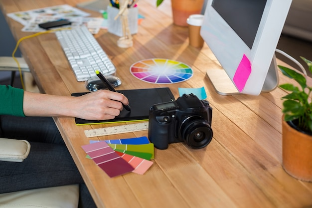 Designer Travaillant Avec Roue De Couleur Et Numériseur Photo Premium