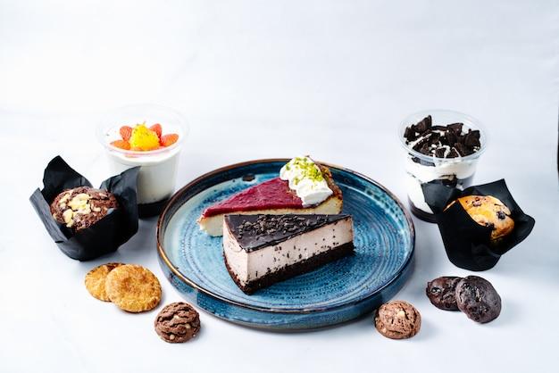 Dessert Au Chocolat Et Aux Fruits Sur La Plaque Photo gratuit