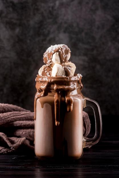 Dessert Au Chocolat Vue De Face En Pot Avec Des Guimauves Photo gratuit