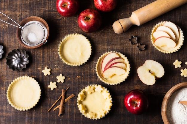 Dessert Aux Pommes Savoureux Vue De Dessus Sur La Table Photo gratuit