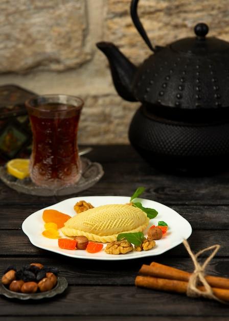 Dessert Azerbaïdjanais Fourré Aux Noix, Servi Avec Fruits Secs Et Noix Photo gratuit