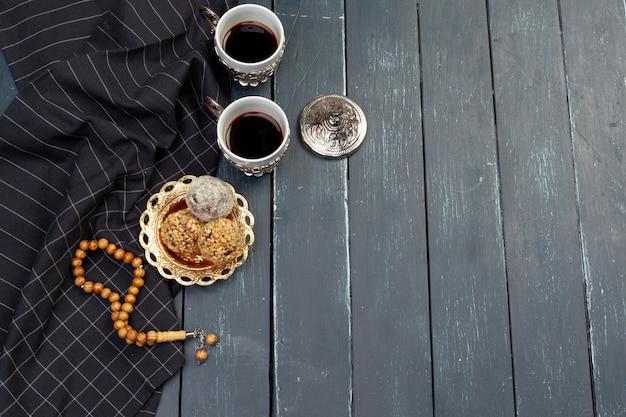 Dessert de boules de noix servi avec café sur une table en bois sombre, vue de dessus Photo Premium