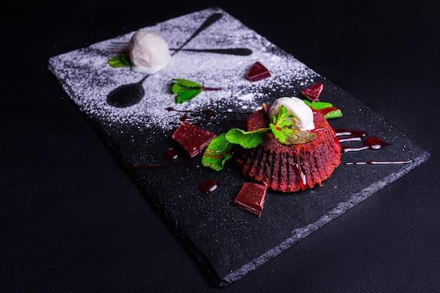 Dessert Chocolat Fondan à La Menthe Et Crème Glacée Sur Un Bacground En Bois. Fondan Au Chocolat Français Exquis. Petits Gâteaux Avec Des Décorations Pour La Saint Valentin Photo Premium