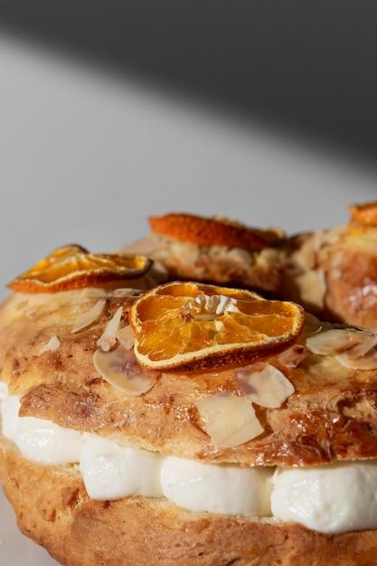 Dessert Du Jour De L'épiphanie Close-up Avec Agrumes Séchés Photo Premium