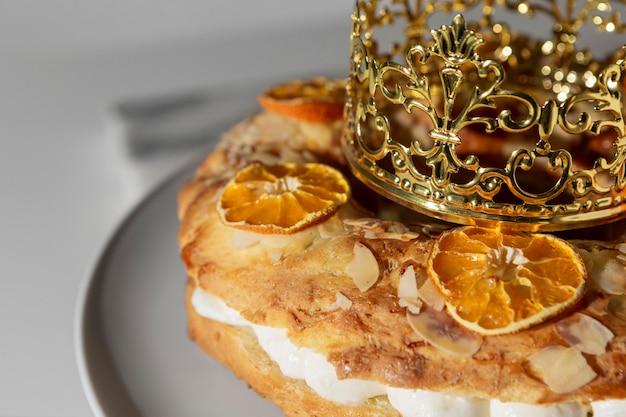 Dessert Du Jour De L'épiphanie Avec Couronne Photo Premium