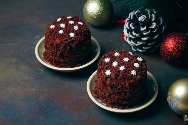 Dessert festif gâteau de velours brun rouge avec des flocons de neige de bonbons blancs Photo gratuit
