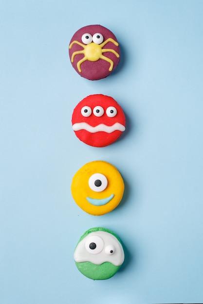 Dessert heloween: ensemble de drôles de monstres, fantômes, araignées en biscuits macaron Photo Premium